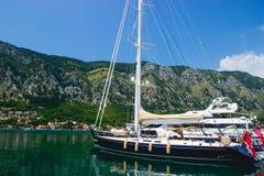 Yacht in einem Kotor Lizenzfreies Stockfoto