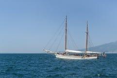 Yacht em Sorrento, o Vesúvio no fundo Fotografia de Stock