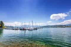 Yacht em um lago da montanha nos cumes suíços imagem de stock