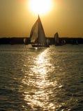 Yacht em uma caminhada ensolarada na água fotografia de stock