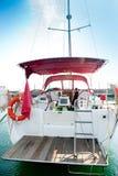 Yacht em uma escora no porto. foto de stock