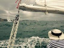 Yacht emballant dans la baie des îles Images stock