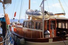 Yacht en bois amarré Photographie stock
