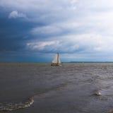Yacht en ciel de mer Image stock