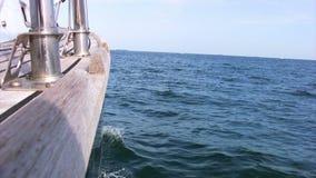 Yacht en mer banque de vidéos