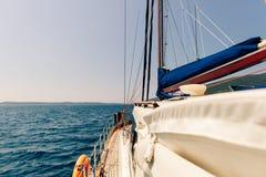 Yacht en mer avec la belle vue Image stock