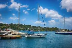Yacht en mer avec le ciel bleu Photo stock