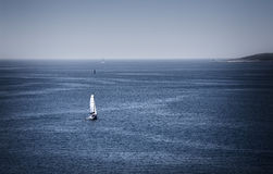 Yacht en mer bleue Photo stock