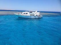Yacht en mer, l'eau claire Photos stock