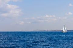 Yacht en mer Méditerranée images libres de droits