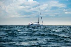 Yacht en mer orageuse image libre de droits
