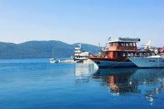 Yacht en mer près du rivage Photographie stock libre de droits