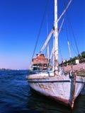 Yacht esposto all'aria sul fiume Immagini Stock
