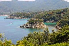 Yacht et bateaux de navigation en mer tyrrhénienne sur Elba Island, Italie Photos stock