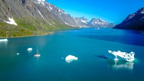 Yacht et iceberg Aerophoto stupéfiant Fjord de nature du Groenland image stock