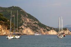 Yacht et voilier sur la mer ionienne Parga Images stock