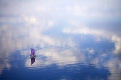 yacht för blått vatten Royaltyfria Bilder