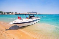 Yacht für Miete auf dem Strand in Abu Dhabi Stockbilder
