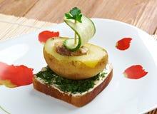 Yacht fait de pommes de terre et concombre Photographie stock