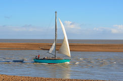 Yacht, Felixstowe-Fähre am Mund des Flusses Deben lassend lizenzfreies stockbild