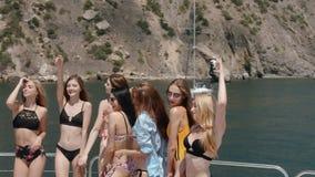 Yacht a festa de anos com grupo de mulher no movimento lento vídeos de arquivo