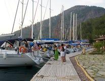 Yacht festgemacht auf einem Pier Ekincik touristisch vom Mittelmeer Das Türkische Riviera Yacht-Charter Rest auf einem Wasser Fei lizenzfreie stockfotografie