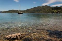 Yacht festgemacht in der Königin Charlotte Sound Lizenzfreies Stockfoto