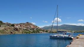 Yacht festgemacht an Molyvos-Hafen Stockbild