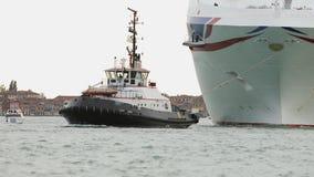 Yacht fonctionnant remorquant un revêtement de croisière au parking banque de vidéos