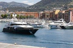Yacht genannten Blue Vision abreist von einem Hafen von Nizza stockbilder