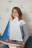 yacht heureux de jouet de fille image libre de droits
