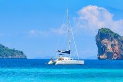 Yacht i det Andaman havet Arkivbilder