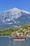 Yacht i en fjärd på bergbakgrund Arkivbilder