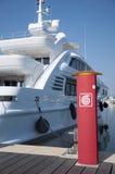 Yacht i förgrundsvattenposten Arkivbilder