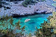 Yacht i fjärd för Ibiza blåttparadis Fotografering för Bildbyråer