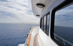 Yacht i havet royaltyfri fotografi