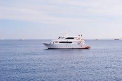 Yacht i havet Arkivbilder