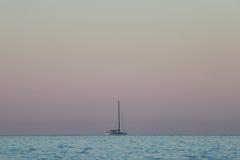 Yacht i havet på soluppgång Royaltyfri Fotografi