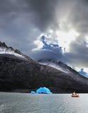 Yacht i nationalparken Torres del Paine Royaltyfria Bilder
