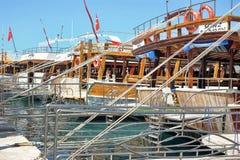 Yacht i porten royaltyfri bild