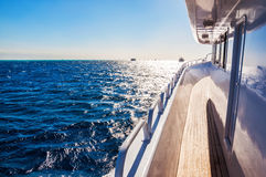 Yacht i Röda havet på solnedgången Arkivbilder