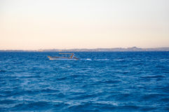 Yacht im blauen Meer lizenzfreies stockfoto
