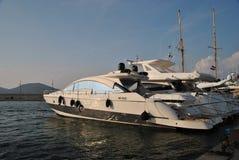 Yacht im Hafen von St Tropez Lizenzfreie Stockfotos