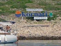 Yacht im Hintergrund eines Schildes - Logo: ` Kornati-` - Nationalpark von Kroatien europa Adriatisches Meer des Mittelmeerraumes Stockbilder
