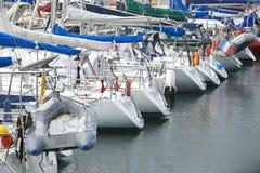 Yacht im Jachthafen Stockfotos