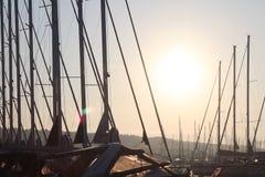 Yacht im Jachthafen während der Morgendämmerungs-Segelnvergangenheit die festgemachten Segeljachten Meeresflora und -fauna-Art Ro stockfoto