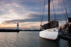 Yacht im Kanal Lizenzfreie Stockfotos