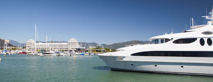 Yacht im luxe Boot der Hafen Steinhaufen Lizenzfreies Stockfoto