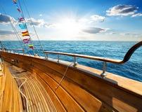 Yacht im Meer Stockfoto