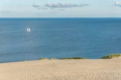 Yacht im Meer nahe den Dünen Stockbild